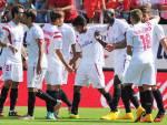 I giocatori del Siviglia esultano dopo un gol (getty Images)