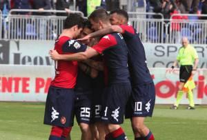 I giocatori del Cagliari esultano dopo un gol (Getty)